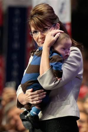 Sara con su hijo menor